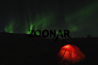 Zelt mit Nordlicht (Aurora borealis) und dem Sternbild Grosser Baer (Ursa maior), Abisko Nationalpark