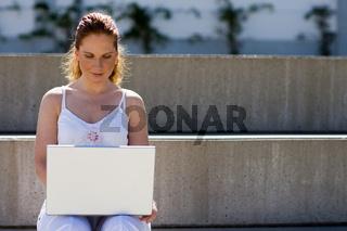 Im Freien mit Laptop