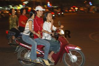 Moped im Abendverkehr, Vietnam