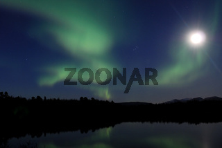 Vollmond und Nordlicht (Aurora borealis) ueber einem See, Abisko Nationalpark