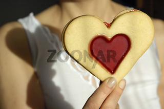 Frau mit Herz - Woman with heart shaped cookie