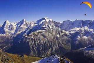 Blick von Schilthorn auf Eiger, Moench, Jungfrau, Gleitschirmflieger, Schweiz, Berner Oberland