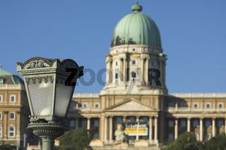 Budapest, Laterne auf der Kettenbrücke vor dem Burgpalast
