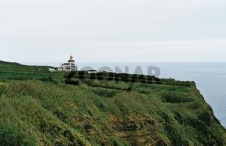 azoren - sao miguel / klippe mit leuchtturm
