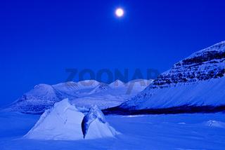 der zugefrorene See Akkajaure und das Akkamassiv im Mondlicht, Stora Sjoefallet N.P., Lappland