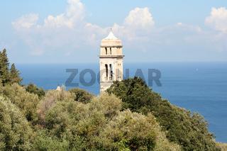 Kirchturm vor Meer