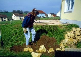 Steingarten bauen, Erde verdichten