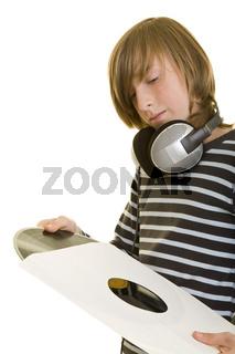 Junger DJ mit Schallplatte