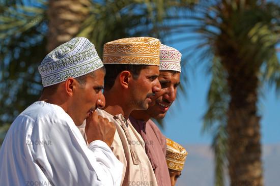 Foto Omani Männer Mit Traditioneller Kopfbedeckung Bild 551756