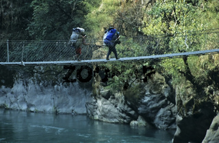 nepalesische Sherpas ueberqueren eine Haengebruecke, Rolwalingtal, Nepal, Asien, nepalese sherpas passing a chain bridge, asia