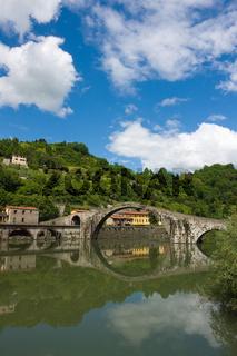 An der Ponte della Maddalena, Ponte del Diavolo (Teufelsbrücke) bei Borgo a Mozzano, Toskana, Italien - At the Ponte della Maddalena, Ponte del Diavolo near Borgo a Mozzano, Tuscany, Italy