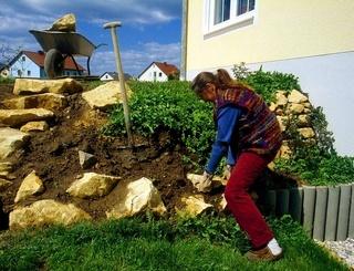 Steingarten ausbauen, Bruchsteine setzen