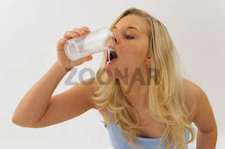 Junge Frau stillt Durst