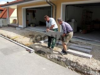 Einfahrt pflastern Randsteine setzen