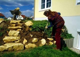 Steingarten ausbauen, Erde abgraben