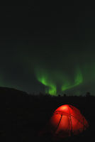Zelt mit Nordlicht (Aurora borealis) und Grossem Wagen im Sternbild Grosser Baer (Ursa maior), Abisko Nationalpark