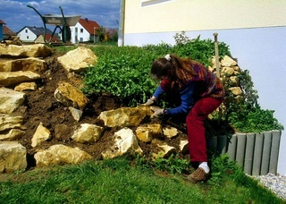 Steingarten ausbauen mit Kalkbruchsteinen