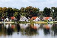 Idylllische Häuser mit roten Dächern am See, Somme