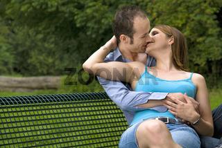 Liebespaar auf einer Parkbank