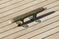 Klampe auf klassischer Yacht