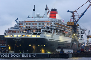 Queen Mary 2 zur Reparatur in Hamburg