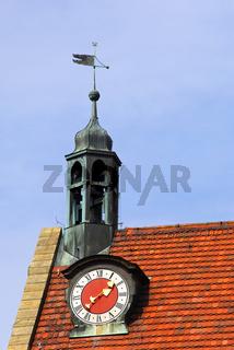 Ziegeldach mit Uhrturm und Wetterfahne, Ansbach