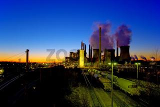 Braunkohlekraftwerk bei Nacht
