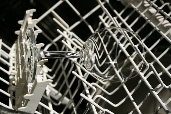 Weingläser in spülmaschine