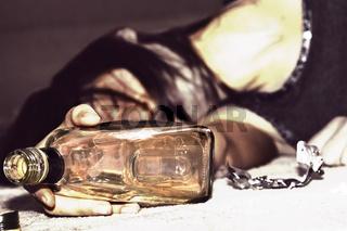 Betrunkene Frau liegt am Boden