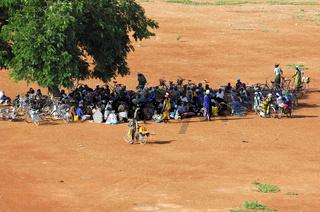 Dorfversammlung unter einem Baum /Village meeting