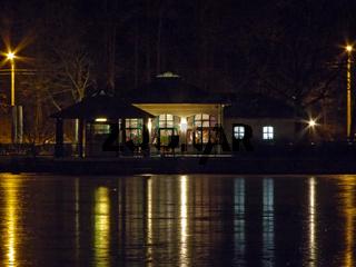 Bootshaus bei Nacht