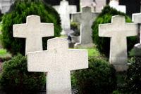 Kriegsgräber, Friedhof mit weißen Grabsteinen