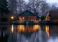 Weihnachtlich geschmücktes Haus am See