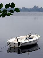 Boot auf dem stillen See, friedliche Stimmung