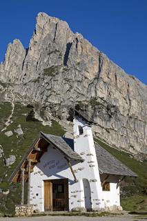 Falzaregokirchlein/A little chapel on the top of Falzarego