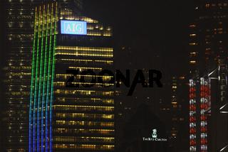 Hotel 'The Ritz-Carlton' zwischen bunt beleuchteten Hochhaeusern