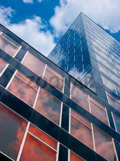 Bürogebäude mit reflektierender Fassade