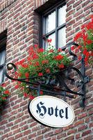 Schild an Fassade, romantisches Hotel