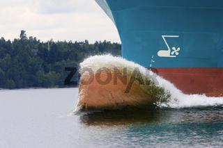 Die Bugwelle eines Frachters