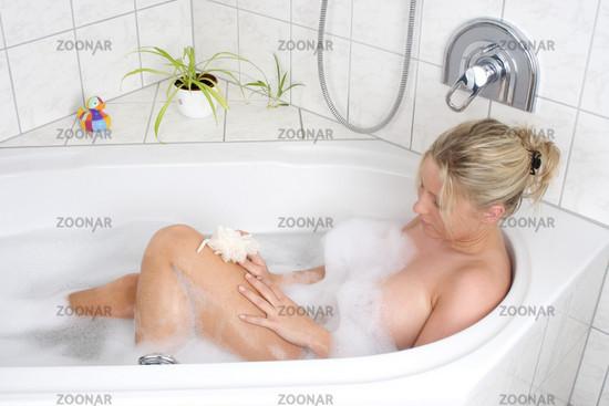 frau nackt badewanne