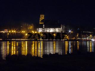 Schloß vor See bei Nacht