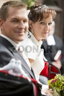 Brautpaar in einer Kutsche
