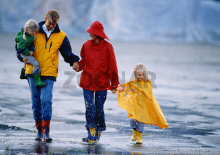 Familie im Regenwetter