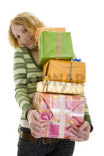 Viele Geschenke tragen