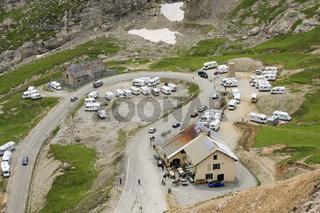 Wohnmobile am Berg
