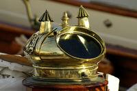 Kompaßhaube einer klassischen Yacht