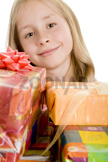Kind mit vielen Geschenken