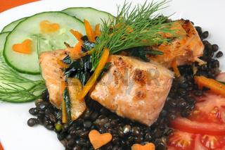 Lachs an Beluga-Linsen und Salat