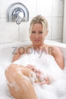 Junge Frau in der Badewanne