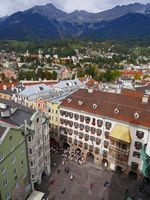 Blick vom Stadtturm auf das Goldene Dachl in der Innsbrucker Altstadt, Tirol,Österreich